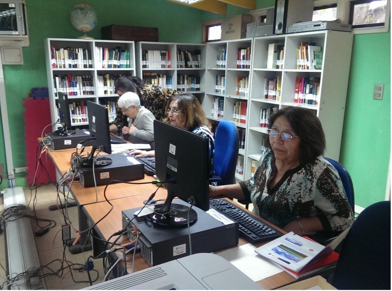 Socias de la Unión comunal de Centros de Madres de San Antonio, se capacitan en alfabetización digital gracias al aporte de nuestra Fundación